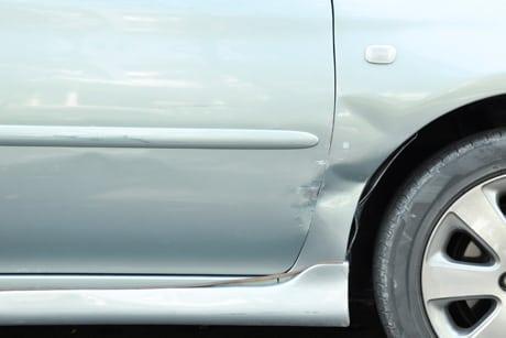 Bulkskade i bil ved forhjul